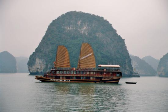 Mit so einem Schiff ging es zwei Tage durch die Felsenlandschaft