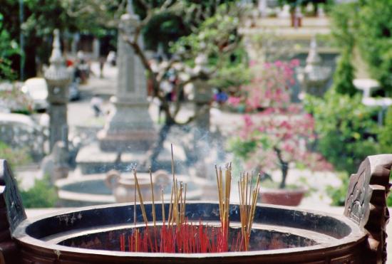 Rauch an allen Ecken - Räucherstäbchen gehören zum guten Ton im Tempel