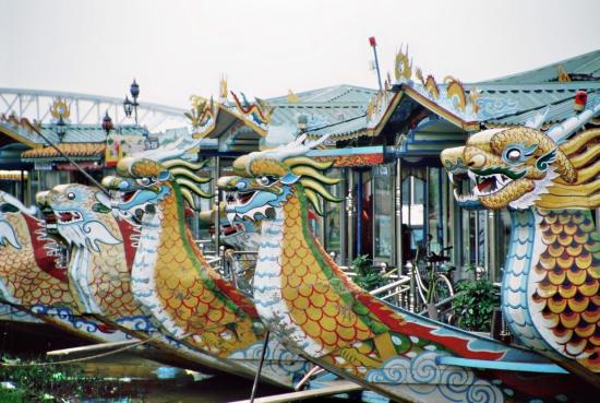 Mit Drachenbooten auf dem Parfüm-Fluss fahren - leider riecht er anders
