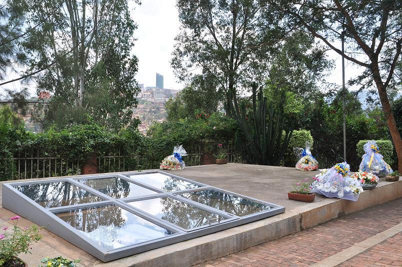 Von den 1,1 Millionen Opfern des Genozids in Ruanda liegen alleine 250.000 hier auf dem Gelaende des Memorial Centers begraben. Eine symbolische Grabstelle inmitten der Massengraeber gibt den Hinterbliebenen einen Ort zum Erinnern und Trauern
