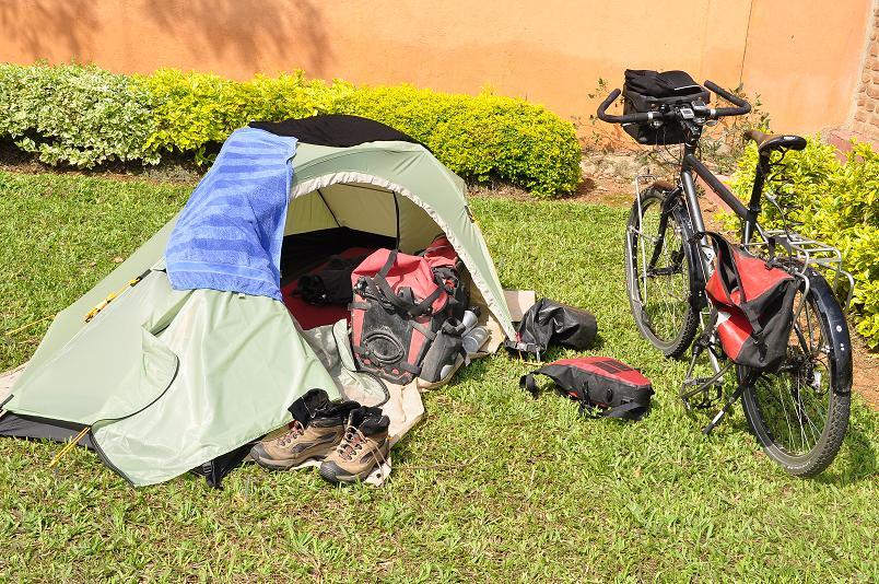 Rad und Zelt in Kigali - natuerlich musste jetzt meine Termarest Isomatte kaputt gehen.