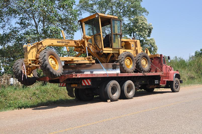 Die unorthodoxe Art Dinge zu transportieren ist lustig anzusehen, aber der Spass hoert auf, wenn diese Trucks an einem vorbeibrausen...