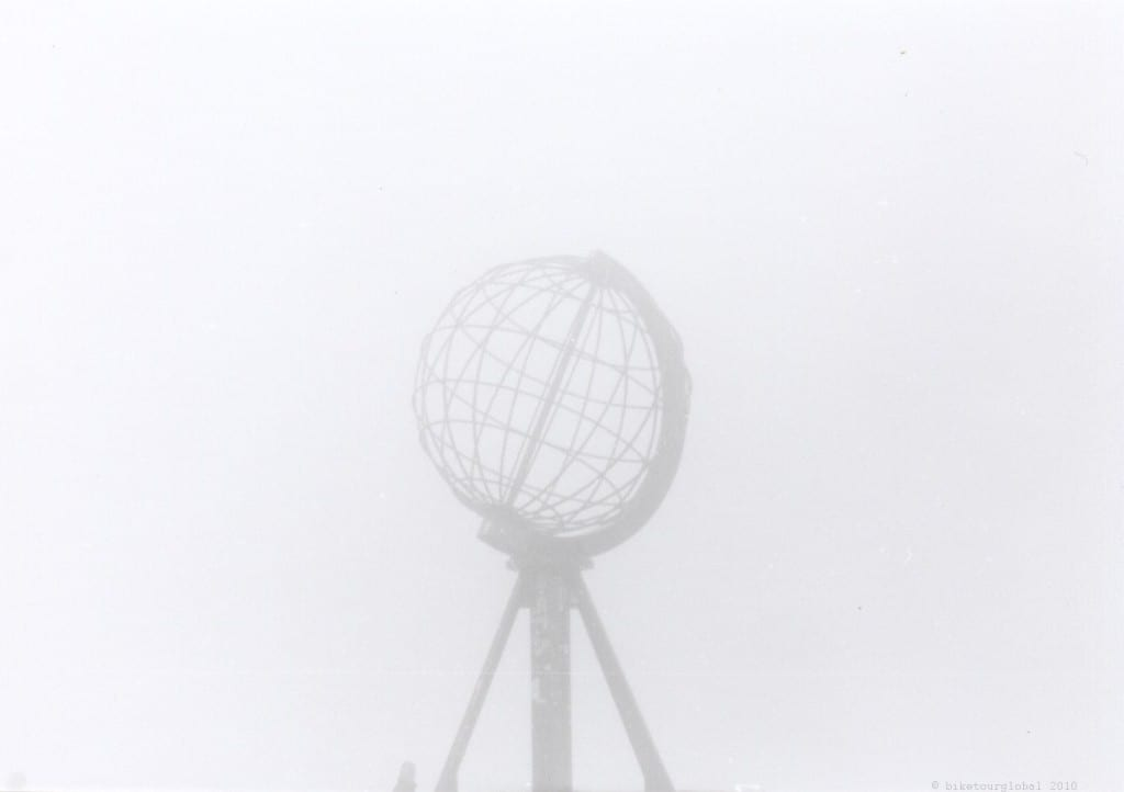 Kaum im Nebel zu erkennen: der Globus - das Zeichen des Nordkapps