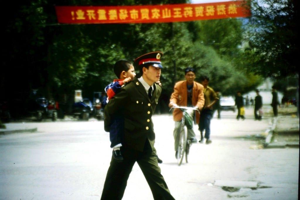 In Xingjiang - Auch Polizisten sind nur Väter