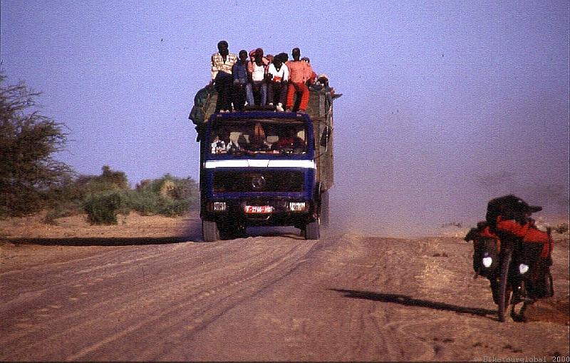 Begegnung in der Einsamkeit der nordmalischen Wüste auf dem Weg nach Timbuktu