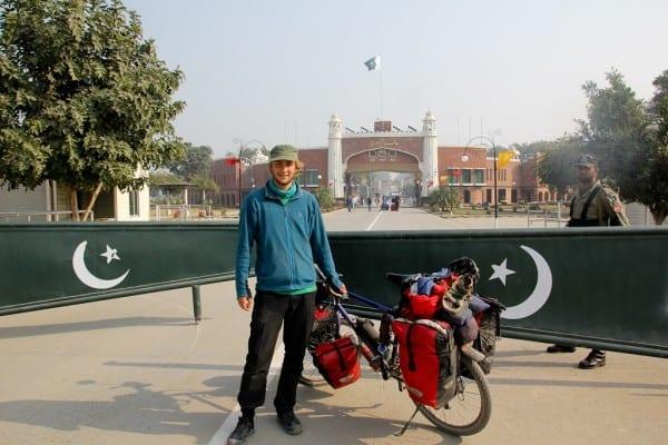 Florian am Grenzübertritt von Pakistan nach Indien © http://www.onemanonebikeoneworld.com/