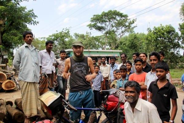 So richtig allein ist man niemals, besonders nicht in Bangladesch  © http://www.onemanonebikeoneworld.com/
