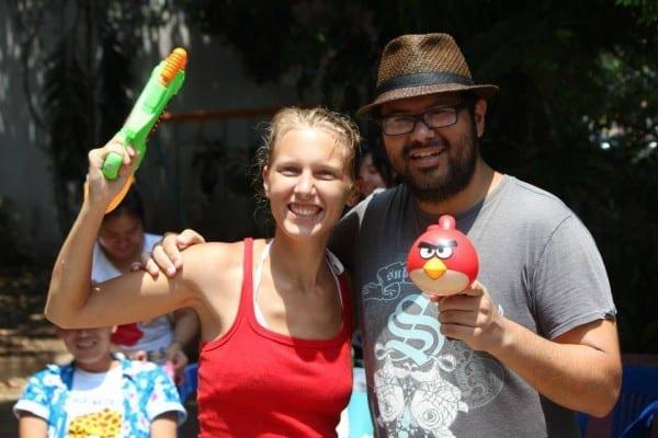 Annika und Roberto beim thailändischen Neujahrsfest in Nong Khai © www.tastingtravels.com