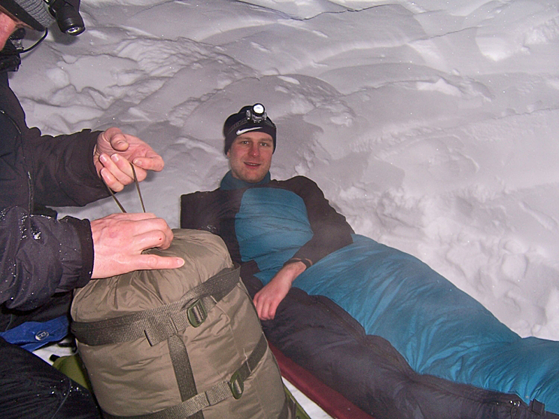 Gute Nacht in der Schneehöhle