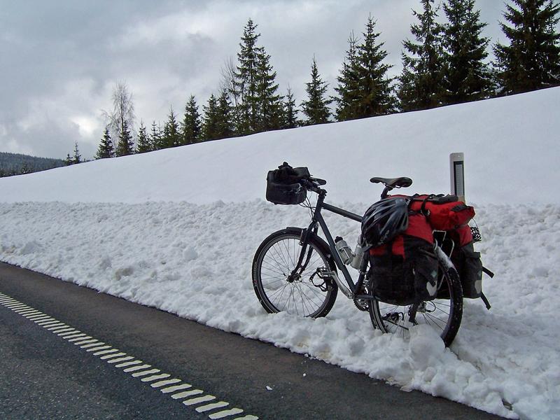radtour im winter schneehöhe am strassenrand