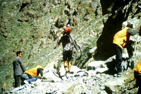 Auch körperlich anstrengend: Nach einem Erdrutsch in Tibet auf dem Weg von Lhasa nach Kathmandu