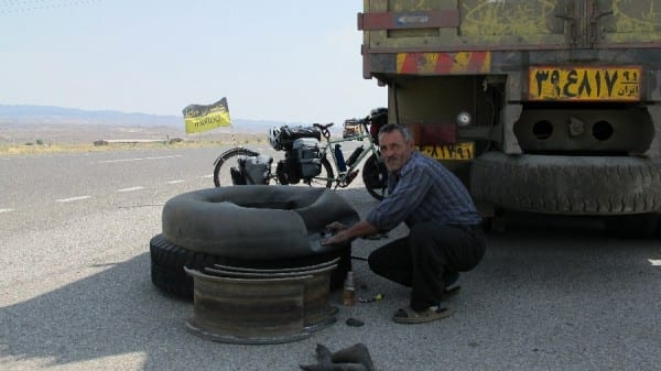 Reifenpanne im Iran © radtraum.de