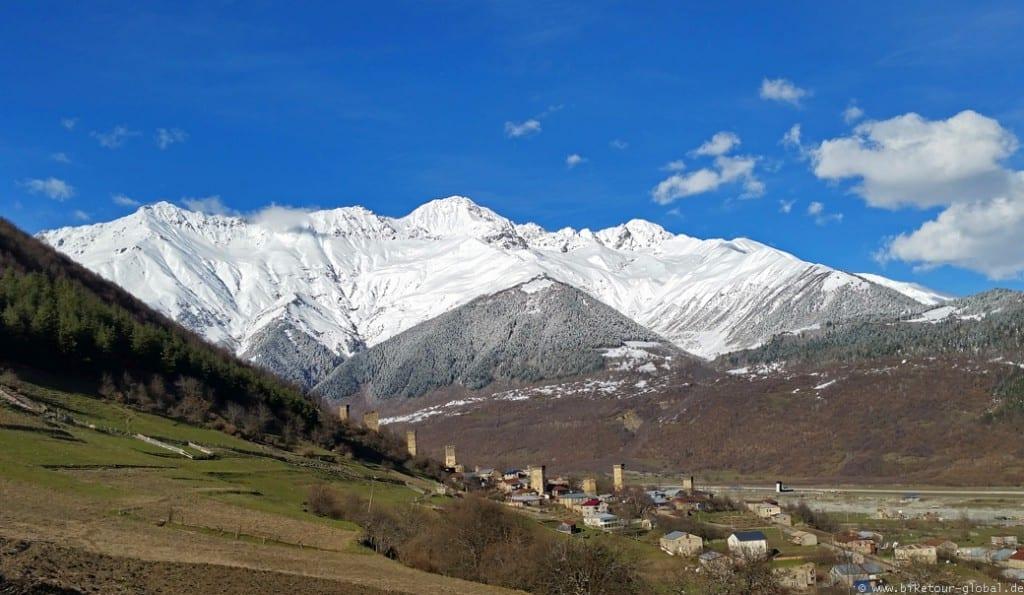 Panorama-Blick auf die Berge des Bachgurani-Massiv (3.837 m) und den Lekhziri Gletscher