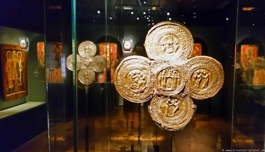 """Ikonen und aufwendig verzierte Kreuze in der """"Schatzkammer"""" im Museum"""
