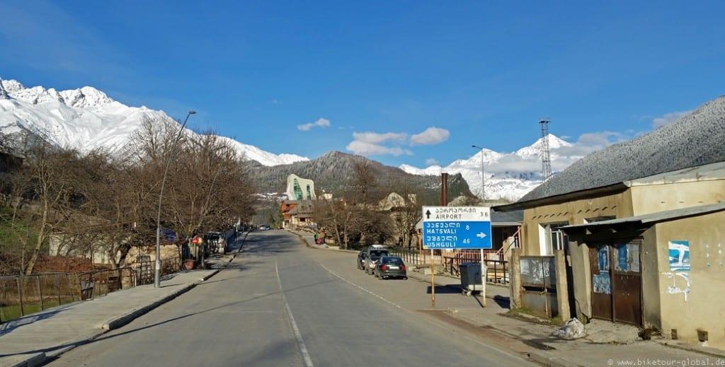 Die Hauptstraße in Mestia. Für Ushguli war es noch zu früh