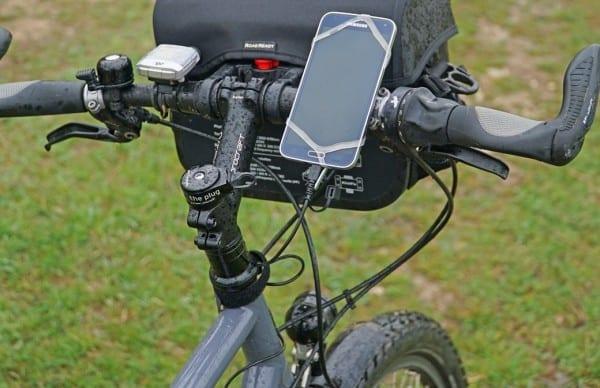 Smartphone, Tablet & Co lassen sich zügig mit dem Outdoor Akku auch während der Fahrt aufladen