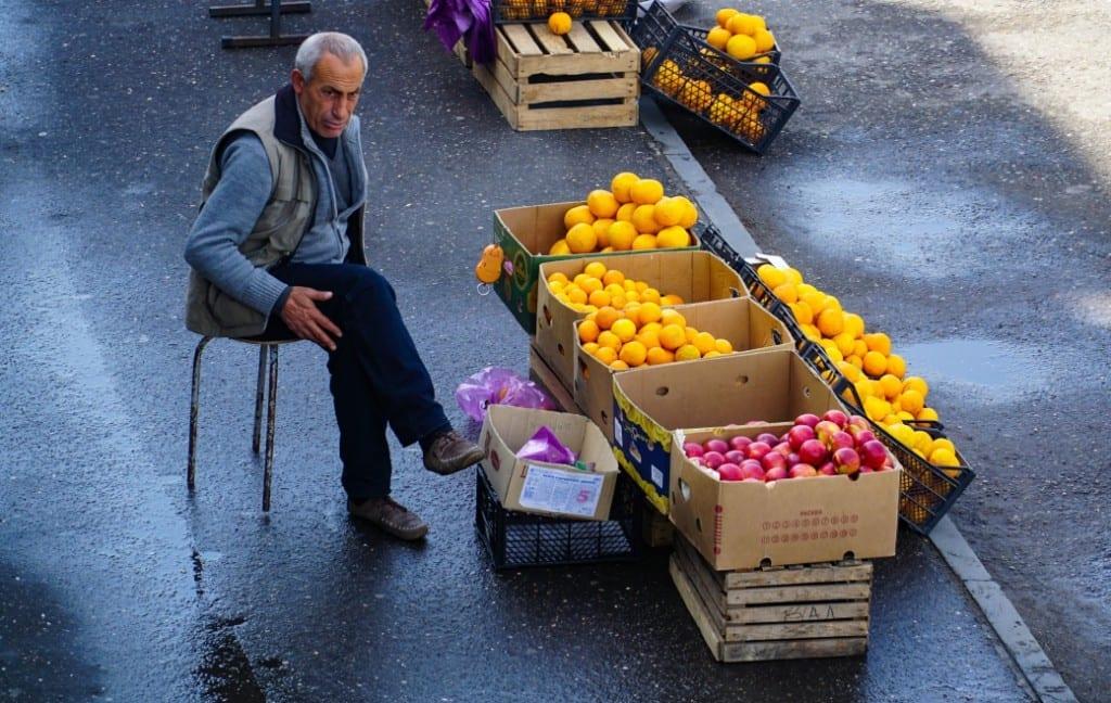 Obstverkäufer am Bahnhof in Kutaissi