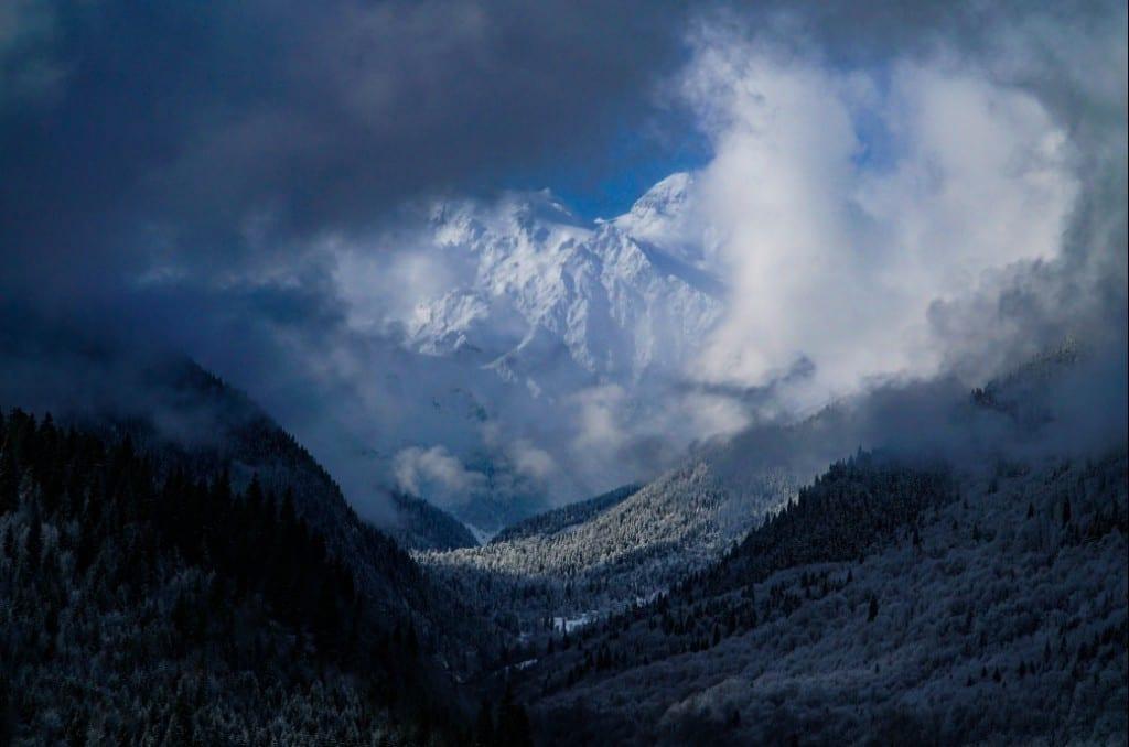 Atemberaubender Blick auf die weißen Riesen des Kaukasus