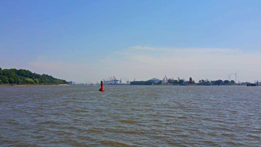 Mit der ersten Fähre ging es über die Elbe