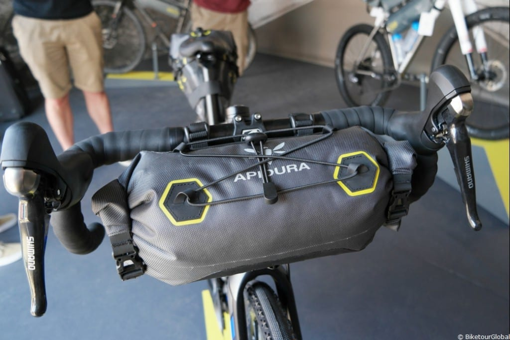 Jetzt auch wasserdicht: die Front-Tasche von Apidura
