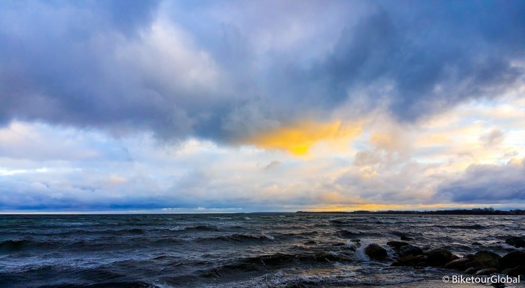 Stürmisch, aber nicht kalt: die Ostsee in der adventlichen Abenddämmerung