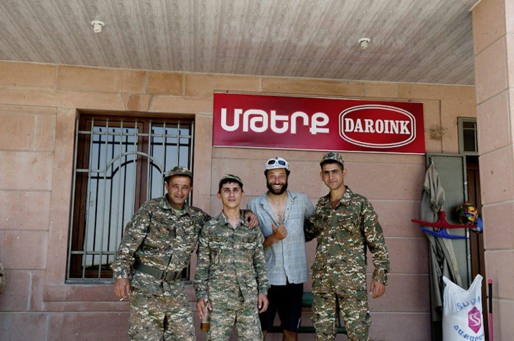 Marc mit armenischen Soldaten © Joachim Rosenlund
