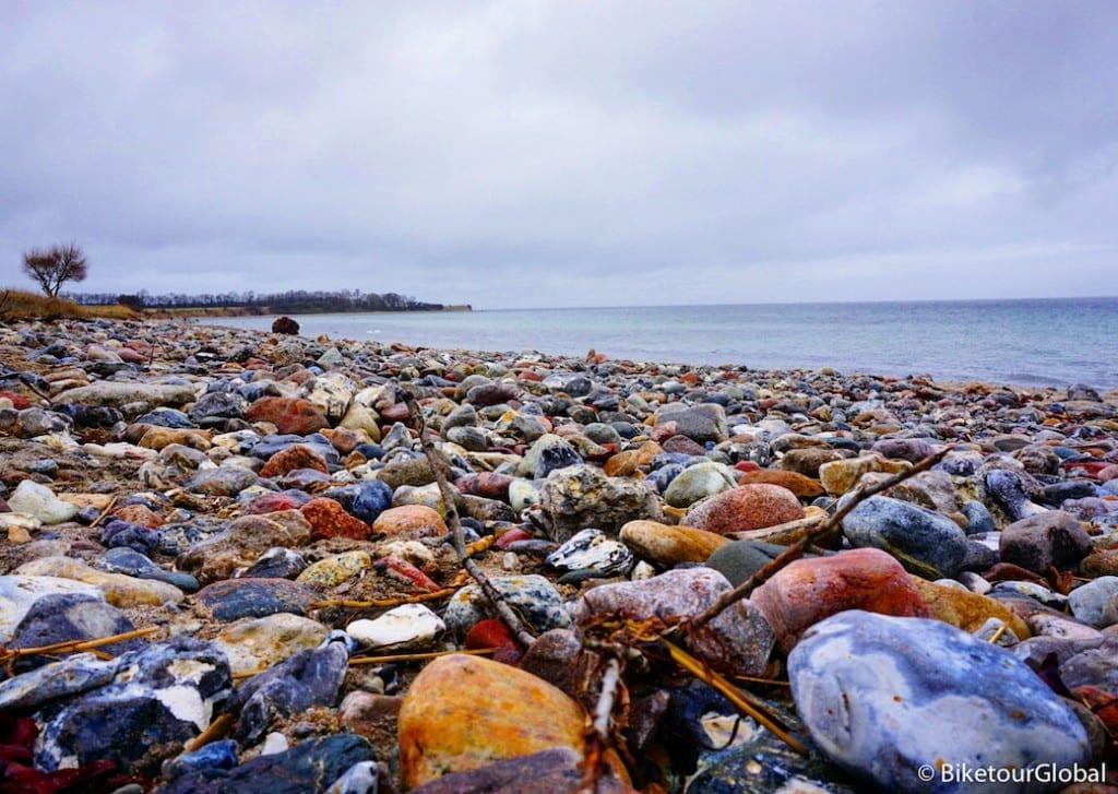 Ein wunderschöner Steinstrand an der Ostsee