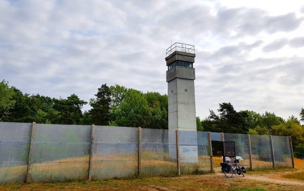 Der alte Grenzturm mit einem Rest Grenzzaun