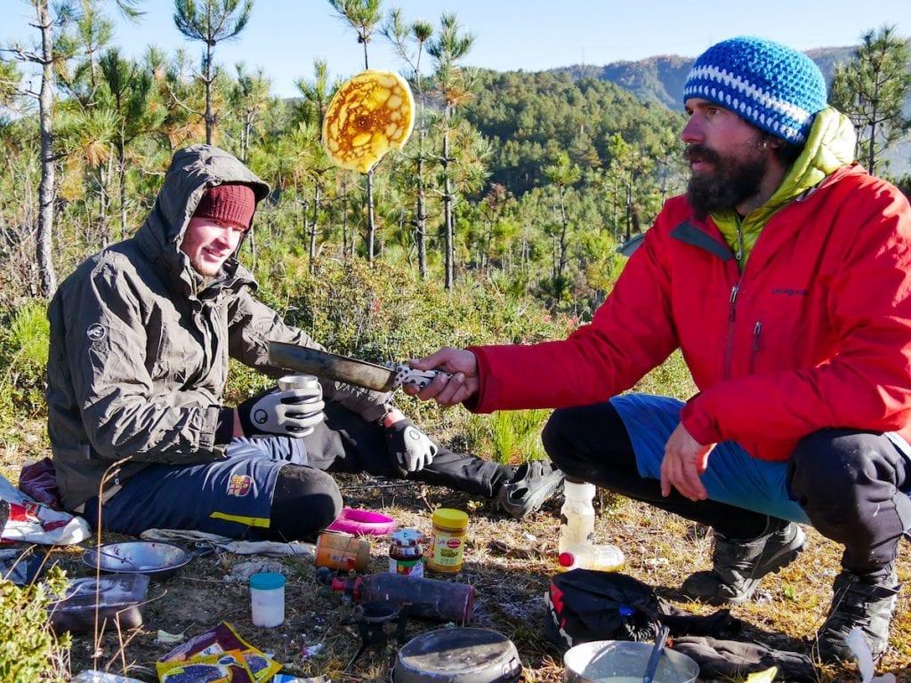 Anselm und ein Tour-Freund beim Kochen © Anselm Nathanael